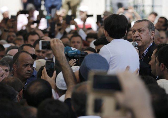 El mandatario turco Recep Tayyip Erdogan durante su intervención en el entierro de las víctimas del golpe fallido