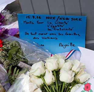 Flores en memoria de víctimas del atentado en Niza cerca de Consulado General frances en Nueva York