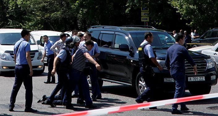 Los policías arresta a un hombre tras el ataque en Almaty, Kazajistán