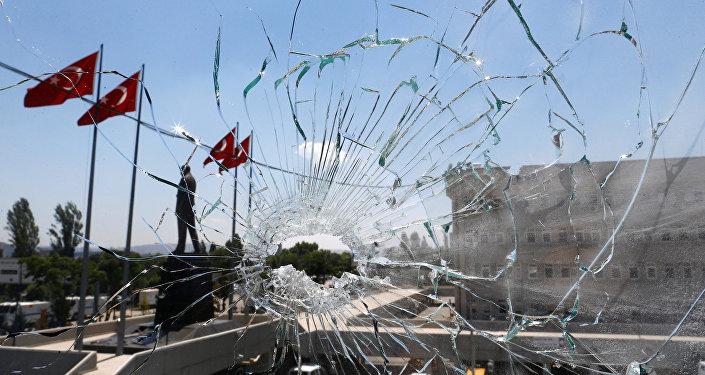 Una ventana rota tras la intentona golpista en Turquía