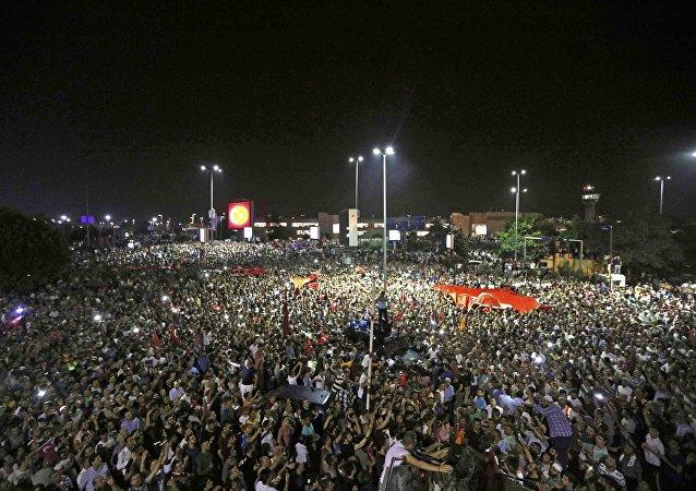 La demostración fuera del aeropuerto internacional Ataturk en Estambul durante el fallido golpe de Estado
