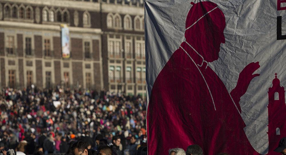 Pancarta con la imagen del Papa en México D.F. ante el sede del Gobierno mexicano
