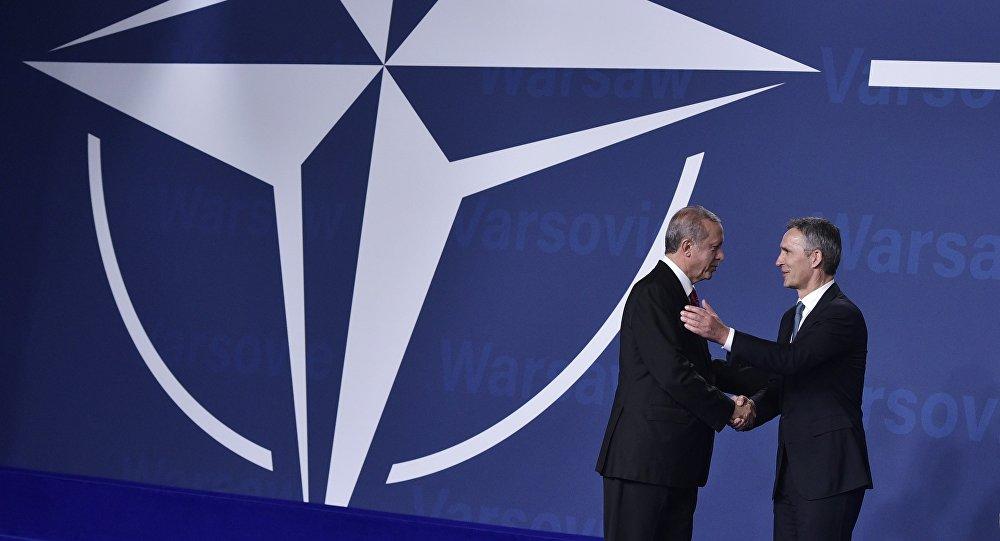 Jens Stoltenberg, secretario general de la OTAN, y Recep Tayyip Erdogan, presidente de Turquía, en la cfumbre de la OTAN en Varsovia