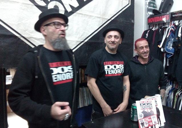 César Strawberry, cantante del grupo de rap metal Def con Dos (izquierda)