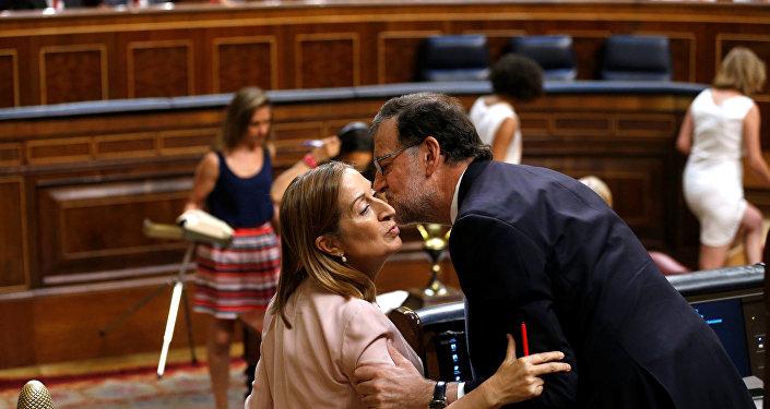 El presidente de España, Mariano Rajoy, felicita a la ministra de Fomento, Ana Pastor, por su nombramiento como  presidenta del Congreso español