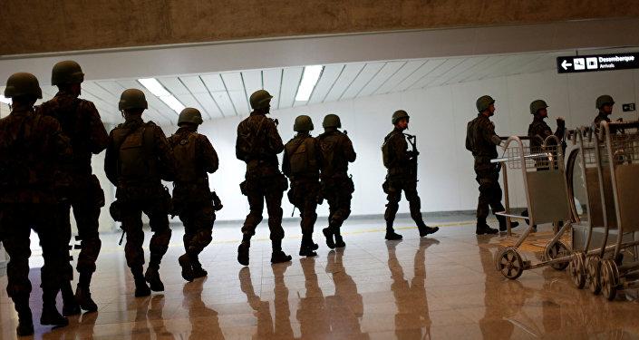 Soldados de las FFAA de Brasil en el aeropuerto internacional de Tom Jobim en Río de Janeiro