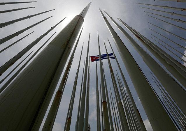 Bandera de Cuba frente de la embajada de EEUU en La Habana