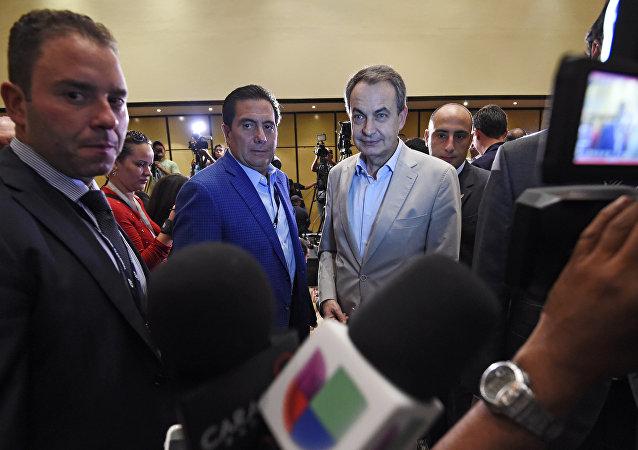 Exmandatario panameño Martín Torrijos y expresidente del Gobierno español José Luis Rodríguez Zapatero en Venezuela (archivo)