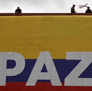 La bandera de Colombia con la palabra 'Paz'