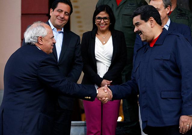 Ernesto Samper, secretario general de la Unasur, y Nicolás Maduro, presidente de Venezuela