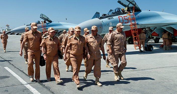 Ministro de Defensa Sergei Shoigu en base militar rusa en Siria (archivo)