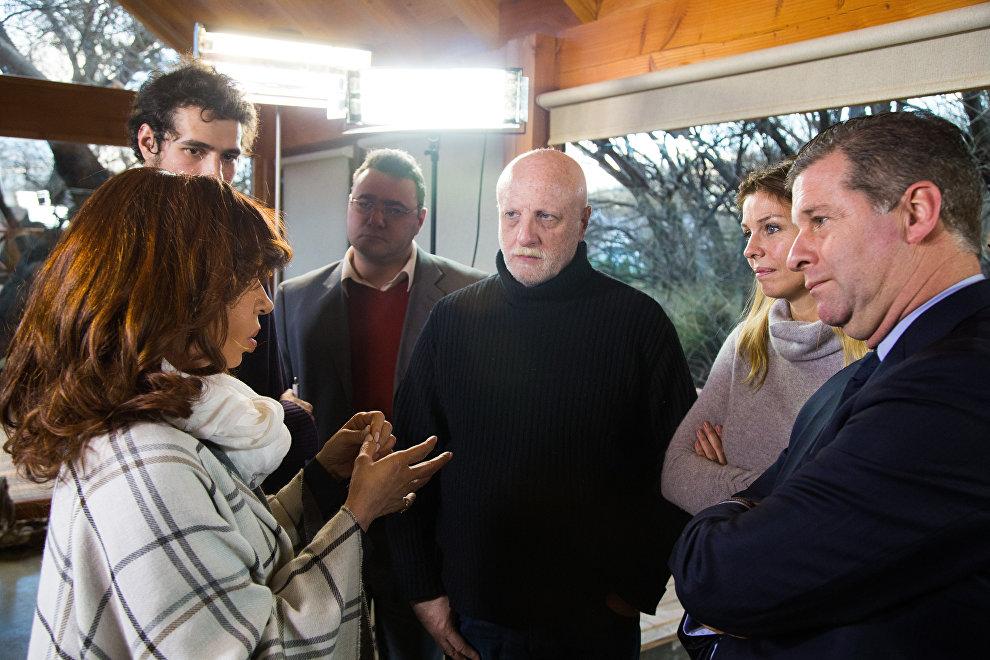 Cristina Kirchner habla con periodistas en su casa de El Calafate.