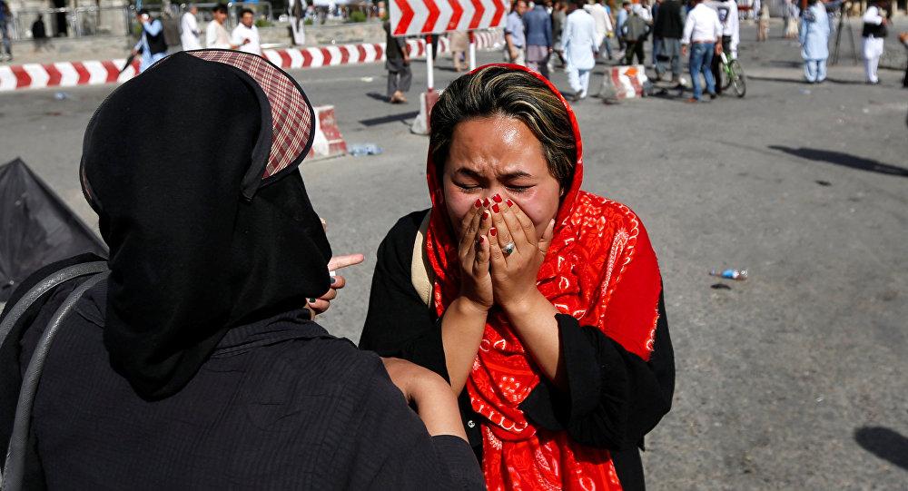 Una mujer afgana llora en el sitio de atentado en Kabul