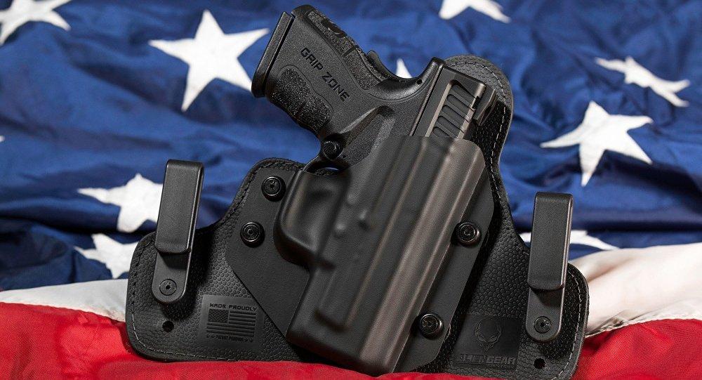 Una pistola cerca de la bandera de EEUU