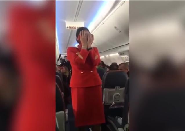 Los pasajeros de un vuelo 'trolean' a la azafata