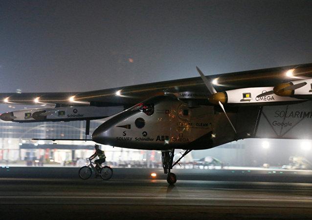 Solar Impulse 2 completa la vuelta al mundo tras aterrizar en Abu Dabi, EUA