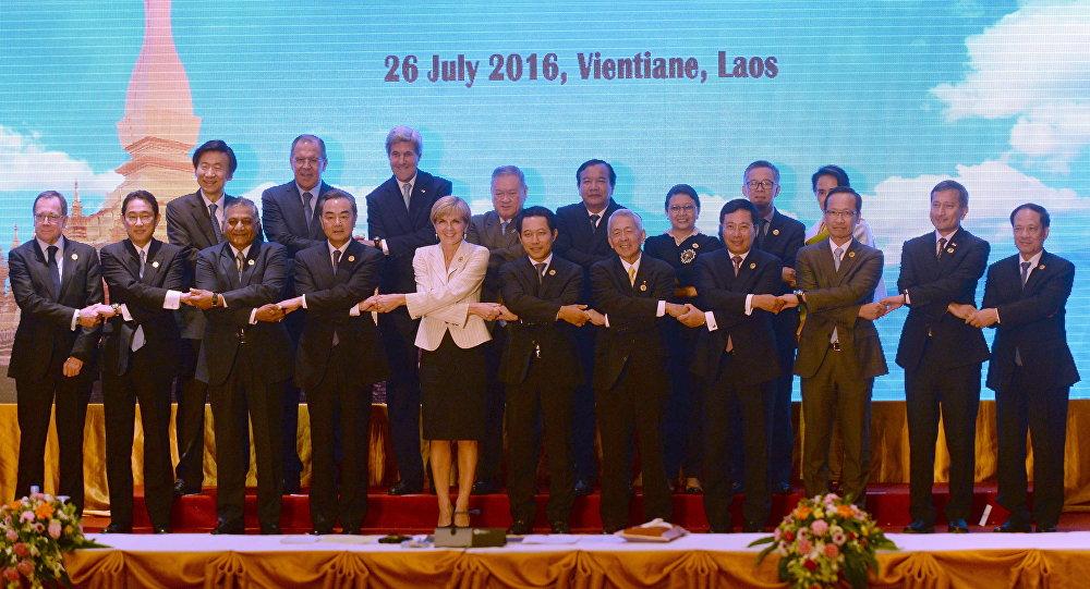 Los ministros de Exteriores de la ASEAN durante la cumbre en Vientián, Laos