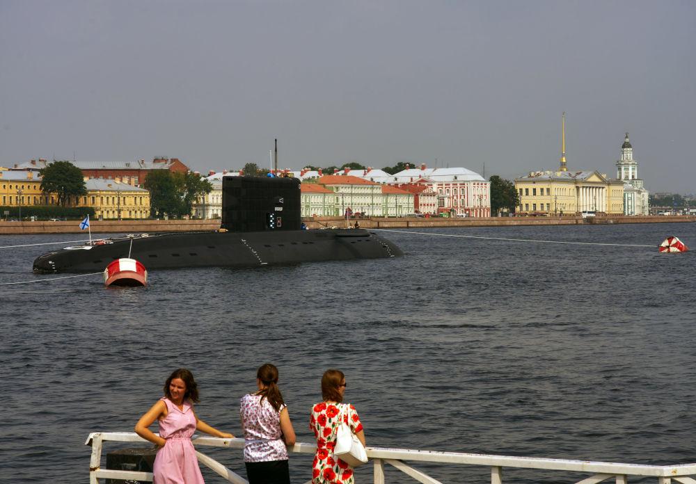 Buques militares arriban a San Petersburgo para desfilar el día de la Armada de Rusia