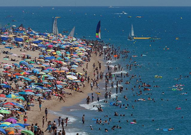 Turistas en la playa de Calella, España (archivo)