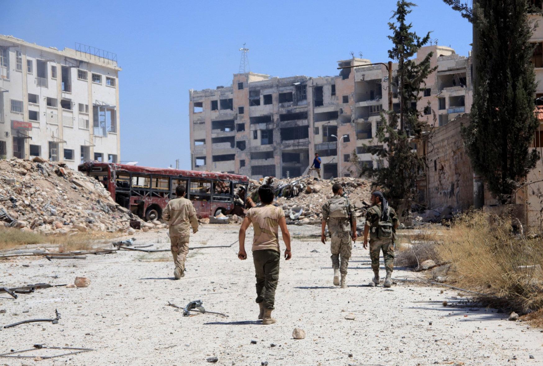 Soldados sirios patrullan uno de los corredores humanitarios establecidos para la evacuación de civiles en el barrio de Leramun, Alepo, 28 de julio de 2016