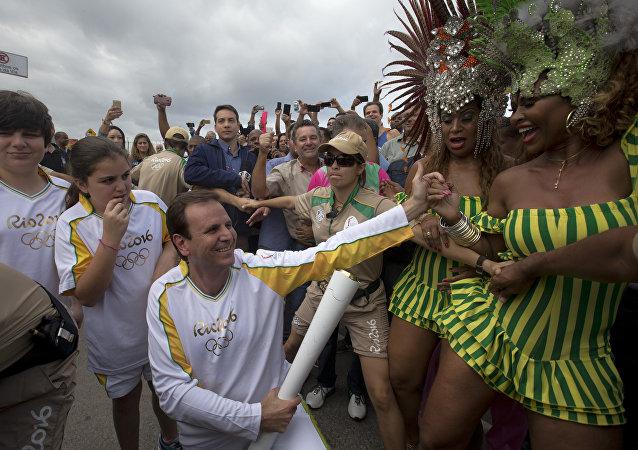 El alcalde de Río de Janeiro, Eduardo Paes, ha sido el primer relevista de la antorcha olímpica a la llegada a la ciudad