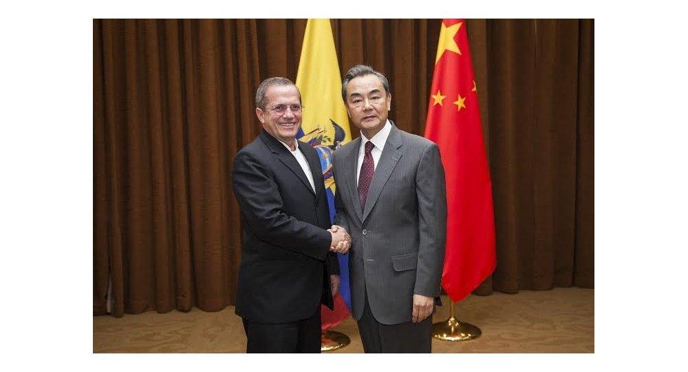 Canciller ecuatoriano Ricardo Patiño con el ministro de Relaciones Exteriores de China, Wang Yi