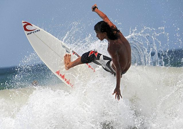 Persona practicando surf