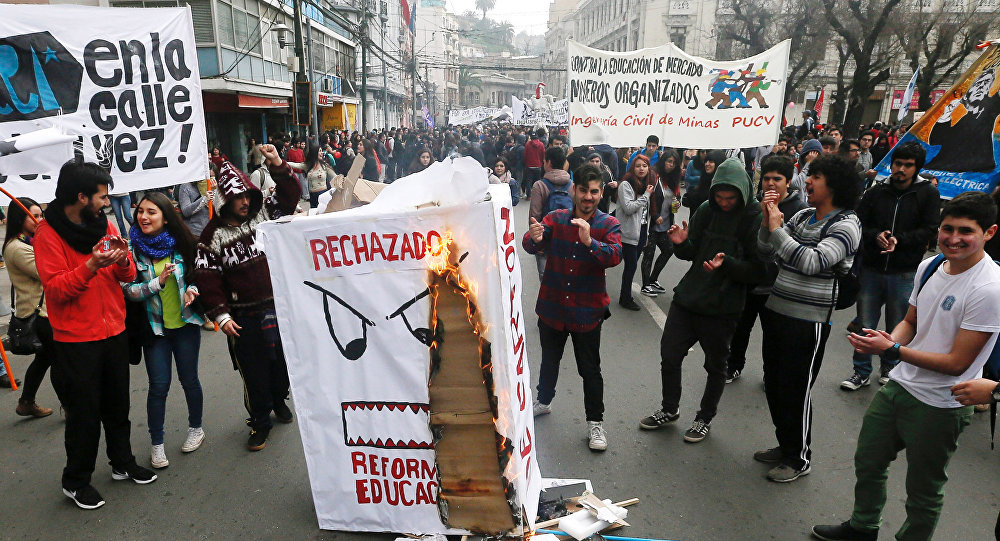 Los protestantes contra la reforma educativa, Valparaiso, Chile (archivo)