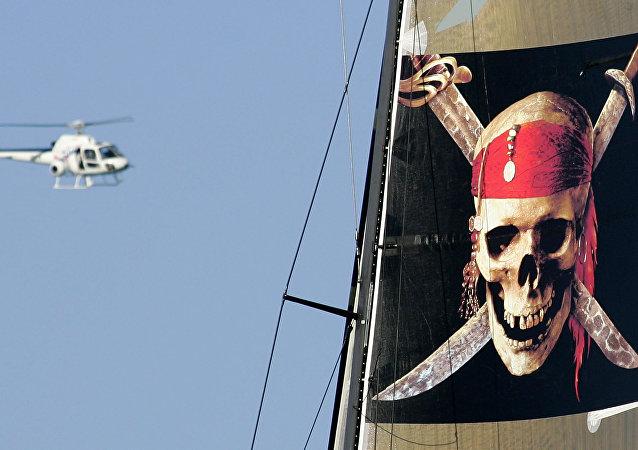 Un helicóptero vuela sobre el barco 'Piratas del Caribe'