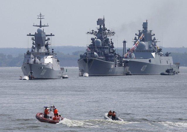 La corbeta Steregushiy (izquierda), el destructor Nastoychiviy y la fragata Almirante Gorshkov (derecha) en la base naval rusa en Kaliningrado