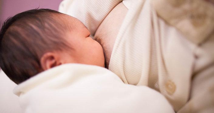 Mujer amamantando a su bebé (archivo)