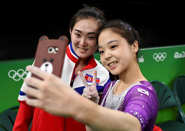 Dos gimnastas de las dos Coreas, Lee Eun-jo, de Corea del Sur, y Hong Un Jong, de Corea del Norte