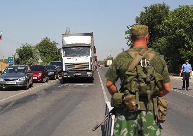 Un guardia fronteriza ruso en el punto de control en Armiansk, en Crimea (archivo)