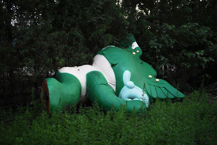 La figura caída de Nini, una de las mascotas de los JJOO de verano 2008, en un parque cerca del centro comercial que quedó sin terminar en Pekín.