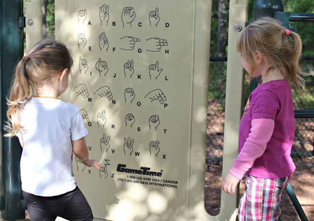 Las niñas investigando lengua de señas (archivo)