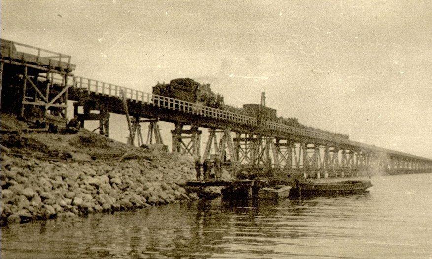 El primer tren atravesando el puente de Kerch, 1944