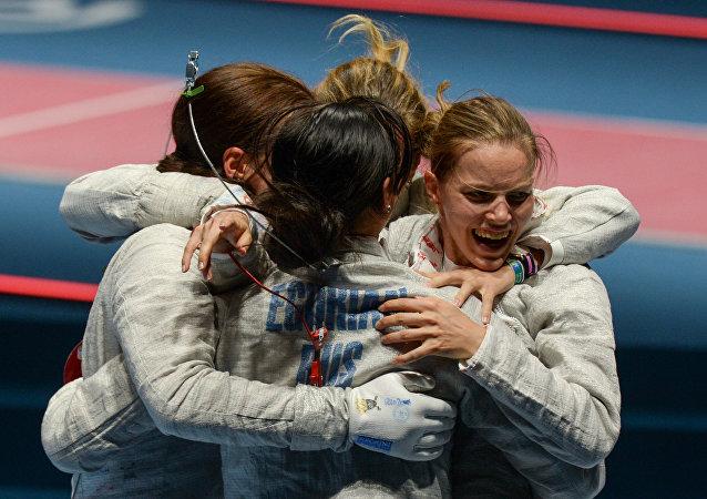 Selección rusa de esgrima al ganar la medalla de oro