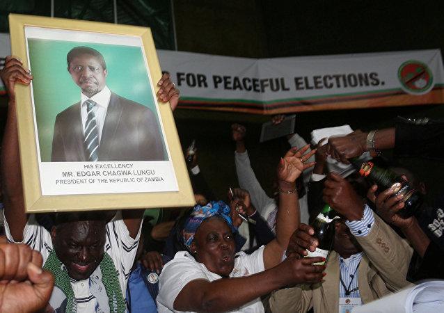 El retrato de reeligido presidente de Zambia, Edgar Lungu, en las manos de sus partidarios
