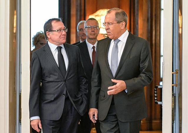 Ministro ruso de Relaciones Exteriores, Serguéi Lavrov, y su homólogo de Nueva Zelanda, Murray McCully