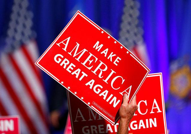Un cartel que dice 'Hacer otra vez grande a América', el eslogan de la campaña electoral de Donald Trump