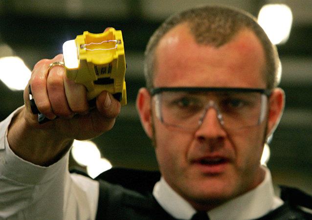 Agente de policía con pistola eléctrica
