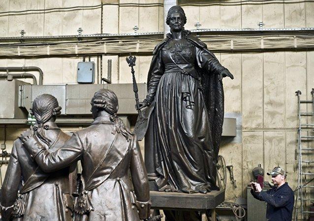 El monumento a la emperatriz rusa Catalina la Grande antes del envío a Crimea