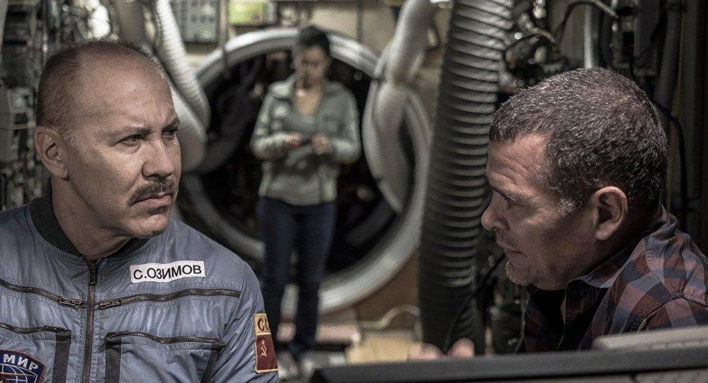 Héctor Noas y Ernesto Daranas. Recrear la estación MIR (en Barcelona) y la antigravedad, estuvo entre las mayores complicaciones para su director y otros especialistas.