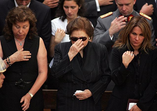 Lucía Hiriart, viuda de Augusto Pinochet, junto a sus dos hijas durante el funeral del exdictador chileno