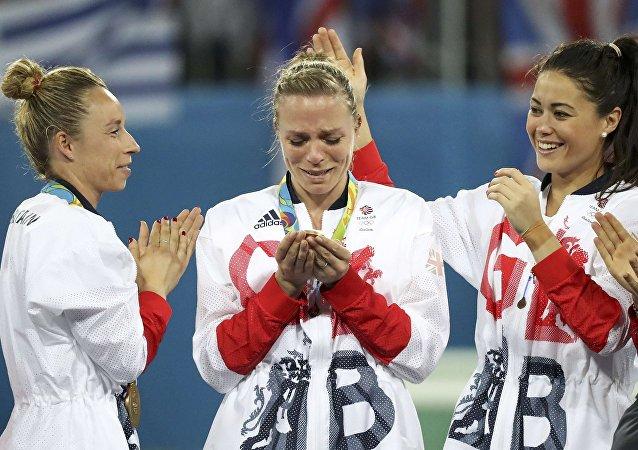 Kate Richardson-Walsh (centro) llora al recibir la medalla de oro