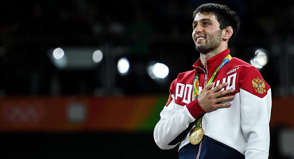 Soslan Ramonov, el luchador ruso, con su medalla de oro