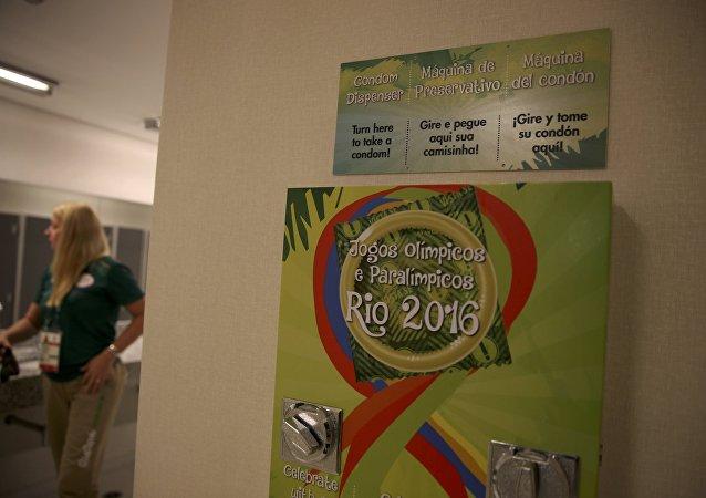 Un dispensador de preservativos en la Villa olímpica en Río