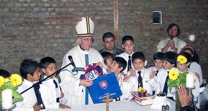 Papa Francisco con niños y el logo del club de fútbol que ama, San Lorenzo