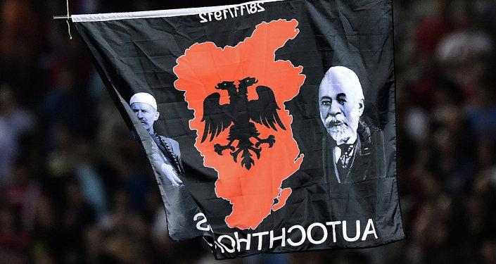 Bandera con el mapa de Gran Albania (archivo)
