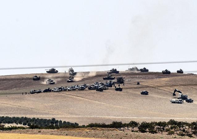 Los tanques turcos cerca de Yarabulus, la ciudad en la frontera turco-siria